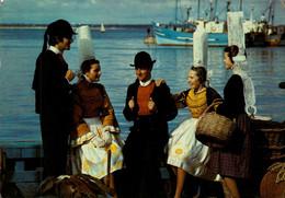 Dep 29 , Cpm Postée à PONT L'ABBE , F.31 , Repos Sur Le Port , Costumes Bigoudens , Edit. De Bretagne (27983) - Pont L'Abbe