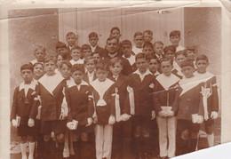 Photo De Particulier Loiret Montargis 19/06/1930 L'abbé Jamet Et Les Communiant Tous Nommés Au Verso Réf 5595 - Lugares