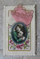 CPSM Carte Brodée Avec Couple D'amoureux Photo En Médaillon Décor Paillette Cousues Et Pochette En Soie - écrite - Borduurwerk