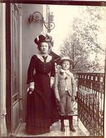 Photo ANCIENNE 1900 Une Jeunne Femme Et Un Jeune Garçon Sur Un Balcon - Non Classés
