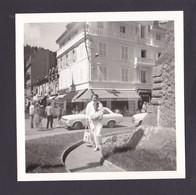 S1258 - MONT DORE Puy De Dome Photo Amateur Devant Hotel De Paris Et Brasserie 1971 - Photo Originale 9 X 9 Cm Environs - Lieux