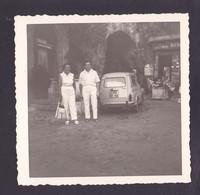 S1259 - ROQUEBRUNE Photo Amateur Couple Voiture Bar - Non Datée Mais 1790 Environs - Photo Originale 9 X 9 Cm Environs - Lieux