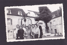 S1263 -  Photo Amateur - Groupe De Femmes Devant Un Batiment - Bar ? Cave ? Plaque à Identifier - 11 X 7 Cm Environs - Lieux