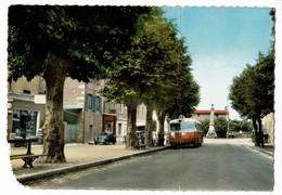 Chasselay - Route De Neuville (commerces, Fontaine, Renault 4 Cv, Tub Citroën, Autocar MGT B9PU) Circ 1968, Coin Usé - Altri Comuni