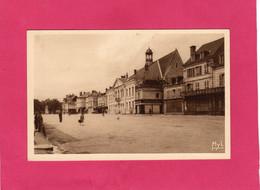 36 Indre, LE BLANC,Place Maréchal Pétain, Animée, Commerces, (FIOL, MYL) - Le Blanc
