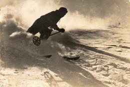 CPSM Photo - ALPE D HUEZ -  Skieur Effectuant Un Cristania -  Scan Du Verso - - Wintersport