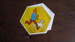 TINTIN AUTOCOLLANT LA VACHE QUI RIT TINTIN ET MILOU COURENT   HERGE - Tintin