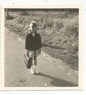 Photographie , Enfant ,petite Fille Partant à L'école ,85 X 80 Mm - Unclassified