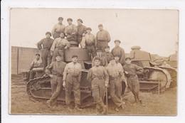 CP PHOTO MILITARIA Militaires Sur Tank Souvenir Du 18 -6-23 - Characters