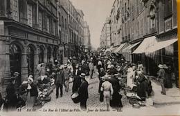 RIOM - La Rue De L'hôtel De Ville - Jour De Marché - Animé - Riom