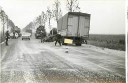 PHOTO ORIGINALE 1978 ACCIDENT CAMION ET TRACTEUR ACCIDENTES  PHOTO ORIGINALE 11.50 X 8 CM - Cars