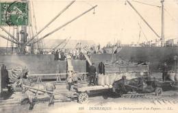 59-DUNKERQUE- LA DECHARGEMENT D'UN VAPEUR - Dunkerque