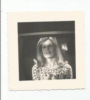 Photographie Femme Chanteuse Dalida ? A La Télévision    Photo 7,2x 7,2 Cm Env - Famous People