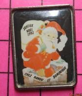 SP04 Pin's Pins / Beau Et Rare / THEME : NOEL / PERE NOEL ENTRANT DANS UNE CHEMINEE EN 92 CHEZ NANOU ET DOMINIQUE - Natale