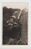 C.P.A  DE LA LOCOMOTIVE   DERAILLER  A  LA FLECHE  EN 1944  --    PHOTO  HARDOUIN - La Fleche