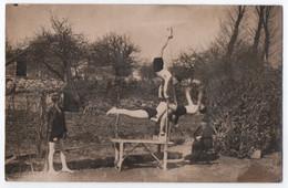 CARTE PHOTO D'UN ENTRAINEMENT DE GYMNASTIQUE - GYMNASTES EFFECTUANT DES EXERCICES DANS UN PARC -z 2 SCANS Z- - Gymnastics