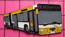 SP09 Pin's Pins / Beau Et Rare / THEME : TRANSPORTS / AUTOBUS URBAIN ARTICULé SUISSE JAUNE BLANC NOIR LIGNE 56 MÜNCHFELD - Transportation