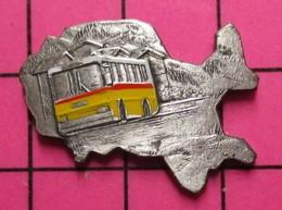 SP09 Pin's Pins / Beau Et Rare / THEME : TRANSPORTS / Superbe AUTOBUS ROUTIER SUISSE PAYSAGE DE MONTAGNE - Transportation