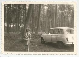 Photographie Auto 4l Et Fillette En 1972 A La Foret D'eu 76 Normandie Photo 12,4x8,5 Cm Env - Coches