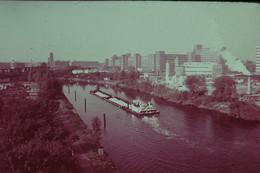 Photo Diapo Diapositive Slide ALLEMAGNE RFA Usine SIEMENS à BERLIN OUEST Vers 1971 PénichesVOIR ZOOM - Diapositives (slides)