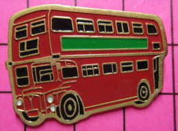 SP10 Pin's Pins / Beau Et Rare / THEME : TRANSPORTS / Grand AUTOBUS URBAIN ANGLAIS ROUGE ET VERT - Transportation