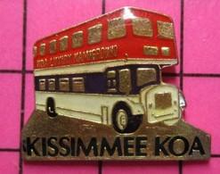 SP11 Pin's Pins / Beau Et Rare / THEME : TRANSPORTS / AUTOBUS URBAIN ANGLAIS ROUGE BLANC BLEU KISSIMMEE KOA - Transportation