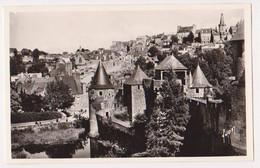 Fougeres Vue Sur L'entrée Du Chateau, La Rue De La Pinterie En La Ville Haute A Droite Le Vieux Belfroi - Fougeres