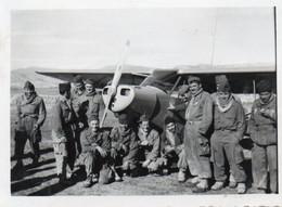 Guerre D'Algérie Photo Originale 6x8,5 Militaires Pose Devant Un Avion A Voir - Aviation
