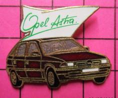 SP10 Pin's Pins / Beau Et Rare / THEME : AUTOMOBILES / OPEL ASTRA ROUGE SANG Par DEMONS & MERVEILLES - Opel