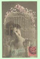 R114 - FANTAISIE - Femme, Frau, Lady Dans Cage à Oiseaux - Women