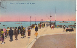 33.  ARCACHON .CPA COLORISEE . SUR LA JETEE. ANIMATION. ANNEE 1933  + TEXTE - Arcachon