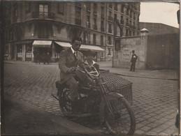 Photo Moto  Side Car Avec Pannier En Osier / Rotin    à Paris    Années 20 ? - Cars