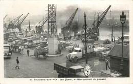 """CPSM FRANCE 62 """"Boulogne Sur Mer, Le Débarquement Du Poisson"""" - Boulogne Sur Mer"""