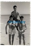 Photo Ancienne Jeunes Hommes En Maillot Mer Bain, Gay, 70X100MM - Personas Anónimos