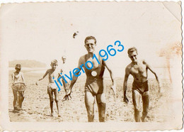 Photo Ancienne Jeunes Hommes En Maillot Mer Bain, Gay, 75X60MM - Personas Anónimos
