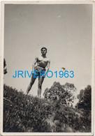 Photo Ancienne Jeune Homme En Maillot Mer Bain, Gay, 70X100MM - Personas Anónimos