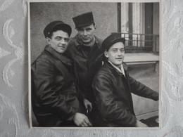 Photo Vintage Snapshot - 3 Hommes En Képi - 1949 - 8 X 8 - Anonymous Persons