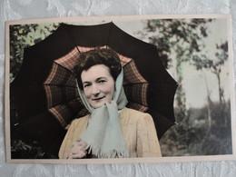 Photo Vintage Dame Au Parapluie - Colorisée - 1949 - 13,5 X 8,5 - Anonymous Persons