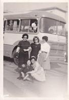 Foto Di Donnine Adiacente Autobus D'epoca - Dimensione Cm 10,05 X 7,05 Circa - Cars
