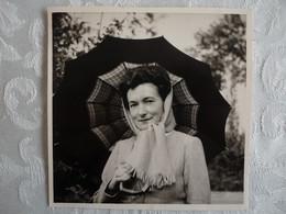 Photo Vintage Snapshot - Dame Au Parapluie En Noir Et Blanc  - 1949 - 8,5 X 8,5 - Anonymous Persons