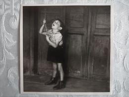 Photo Vintage Snapshot - Le Petit Garçon Sonne La Cloche - 1949 - 8,5 X 8,5 - Anonymous Persons