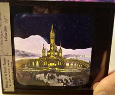 PLAQUE VERRE LANTERNE MAGIQUE - Lourdes - La Basilique Le Soir - Superbe Illustration Colorisée - TBE - Glass Slides