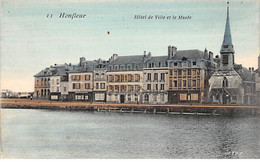 HONFLEUR - Hôtel De Ville Et Le Musée - Très Bon état - Honfleur