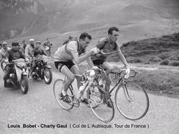 PHOTO REENFORCÉE. GRAND QUALITE, BOBET-GAUL COL DE L'AUBISQUE 1957 FORMAT 18 X 24 - Wielrennen