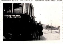 """Photo Originale Famille à La Descente Du Tramway """" Pont De L'Armée Rouge """" (Brücke Der Roten Armee) Vers 1950 - Trains"""