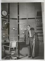 Photo18x24 - Enrico Fermi Devant Le Synchrocyclotron - La Plus Puissante Machine Au Monde Pour Désintégrer Les Atomes - Non Classés