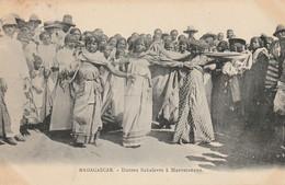 Madagascar  (4215)  Danses Sakalaves à Maevatanana - Madagascar