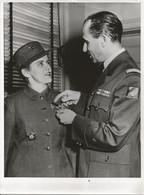 Photo18x24 - Le Colonel Jacques De La Boisse Décore Le Colonel Mary A. Hallaren - (Directrice Du Women's Army Corps ) - Non Classificati