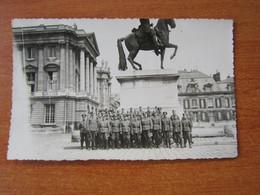 VERSAILLES WW2 GUERRE 39 45 GROUPE DE SOLDATS ALLEMANDS POSANT LA STATUE DE LOUIS XIV FORMAT CARTE POSTALE - Versailles