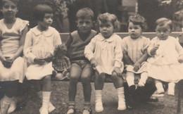 12145.  Fotografia Vintage Bambino Con Bambine Bambola Anni '50 Italia - 10x6,5 Ritagliata - Anonymous Persons